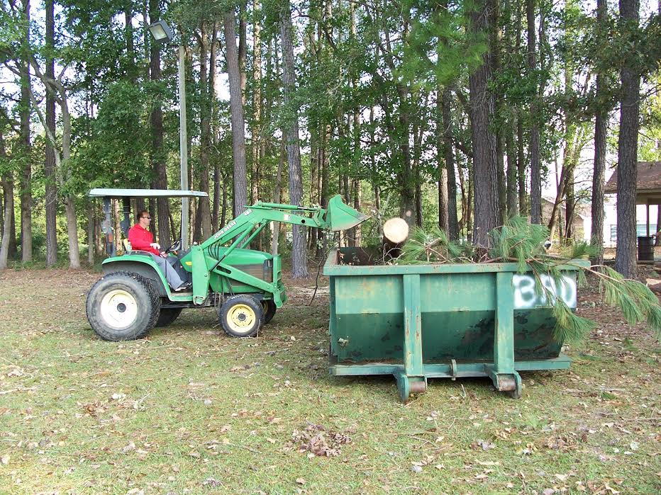 east-bladen-football-team-helps-clean-up-county-park-4