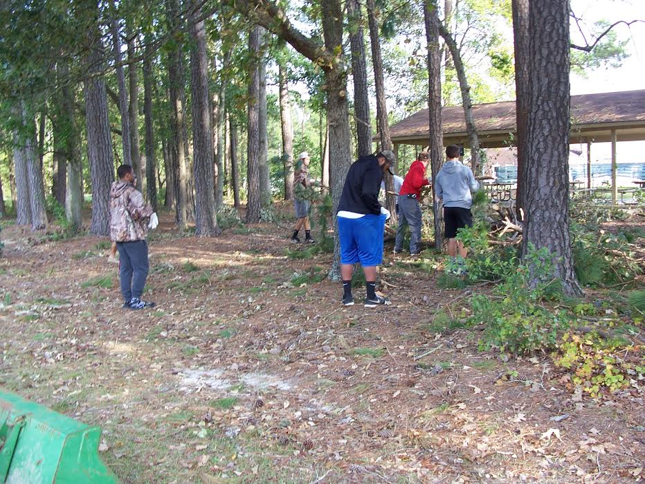 east-bladen-football-team-helps-clean-up-county-park-5
